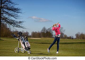 unge, kvindelig golfer, spille, på, den, fairway