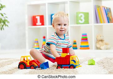 unge, liten knatte, leka, med, leksak bil