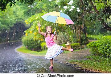 unge, med, paraply, leka, in, sommar, rain.