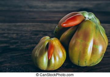 Ungewöhnliche Tomaten auf Holz - Tomate, Paradeiser,...