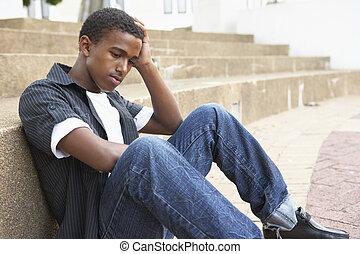 unglücklich, mann, jugendlich, schueler, sitzen draußen, auf, hochschule, schritte