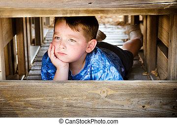 unglücklich, während, spielplatz, kind sulking, spielende ,...