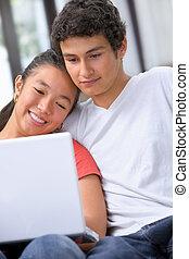 ungt par, användande laptop