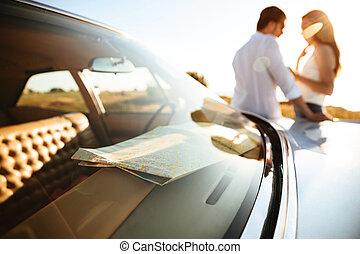 ungt par, benägenhet på, a, bil, medan, stående, utomhus