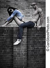ungt par, framställ, på, betongvägg