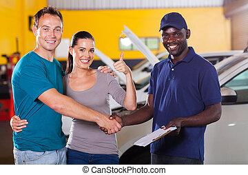 ungt par, ge sig, tumme uppe, till, bil reparation affär