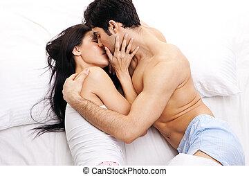 ungt par, in, älskande, krama