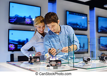 ungt par, ind, forbruger elektronik, butik