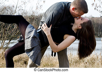 ungt par, kyssande