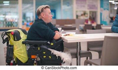 uniemożliwiona kobieta, pokój, posiedzenie, jedzenie, jadło., stół, jadalny