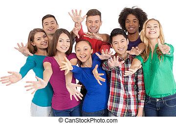 unire, us!, gruppo, di, allegro, giovane, multi-etnico, persone, standing, chiudere, a, altro, e, gesturing, mentre, standing, isolato, bianco