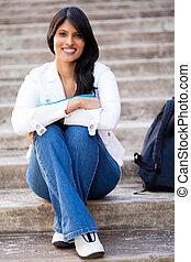 universidade, fêmea sentando-se, estudante, ao ar livre