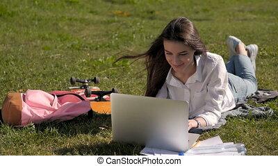université, fonctionnement, ordinateur portable, parc, étudiant, devant, girl, campus, vue