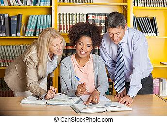 universiteit, leraren, helpen, student, met, studies, in, bibliotheek
