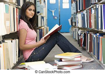 universiteit student, studerend , in, bibliotheek