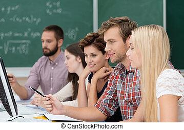 universiteitsstudenten, studerend , gebruik, een, computer
