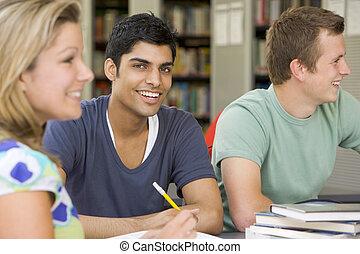 universiteitsstudenten, studerend , samen, in, een, bibliotheek