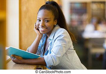 universitet studerande, läsning en boka, in, bibliotek