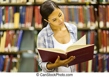 universitet studerande, läsning, in, bibliotek