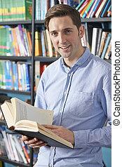 universitet studerande, läsning, lärobok, in, bibliotek