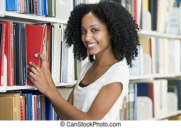 uniwersytecki student, wybierając, książka, w, biblioteka