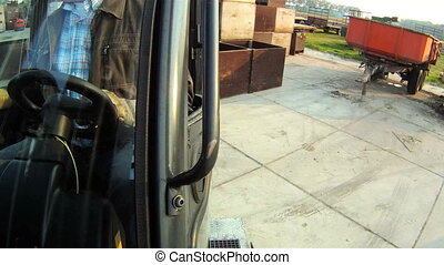 Unloading a forklift from a trailer - Forklift, driving off...