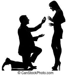 uno, caucasico, coppia, uomo inginocchiandosi, offerta, squillo impegno, e, donna, felice, sorpreso, in, studio, silhouette, isolato, bianco, fondo