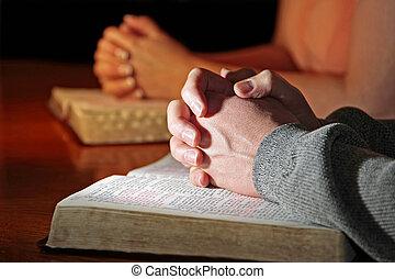 uno, coppia, pregare, con, bibbie