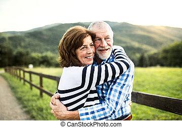 uno, coppie maggiori, abbracciare, fuori, in, nature.