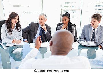uno, direttore, e, un, impiegato, comunicare, durante, uno, riunione, con, il, pieno, squadra