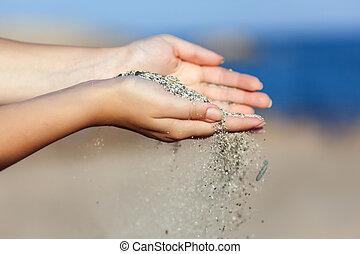 uno, donna, con, sabbia, cadere, attraverso, lei, mani