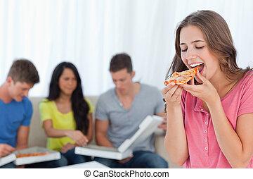 uno, donna sorridente, circa mangiare, uno, pezzo, di, pizza, come, lei, amici, sedere, dietro, lei