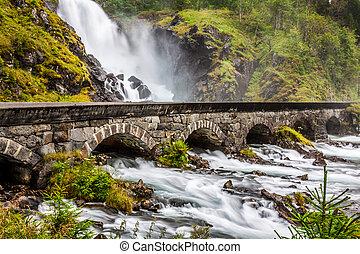 uno, famoso, laatefossen, cascadas, más grande, noruega, odda