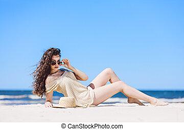 uno, giovane, carino, donna, posa, spiaggia