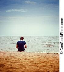 uno, giovane, sedendo spiaggia, solo