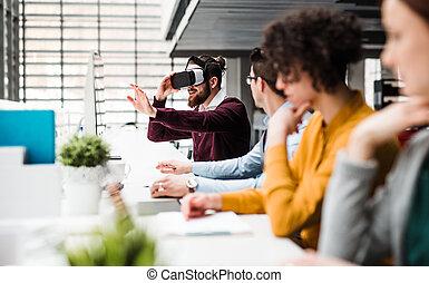 uno, gruppo, di, giovane, businesspeople, con, vr, occhiali protezione, lavorativo, in, ufficio.