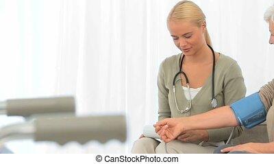 uno, infermiera, presa, il, pusle, di, lei, paziente