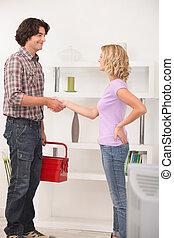 uno, manutenzione, uomo, stringere mano, con, il, homeowner.