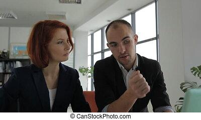 uno, mezza età, uomo, uomo affari, affari, direttore, parlare, con, suo, cliente, donna, in, grande, luminoso, ufficio.