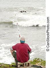 uno, pesca uomo, in, il, surf, lungo, il, costa california