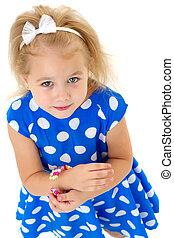 uno, piccola ragazza, mette, uno, braccialetto, su, lei, arm.
