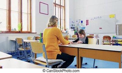 uno, piccolo, ragazza, con, insegnante, cultura, a, school.