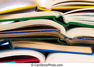 uno, pila, di, colorito, aperto, libri, su, uno, sfondo bianco