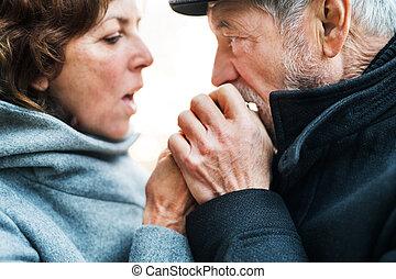 uno, primo piano, di, coppie maggiori, standing, fuori, scaldata, mani, quando, cold.