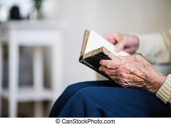 uno, primo piano, di, donna senior, lettura, bibbia, a, home.