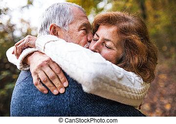 uno, primo piano, di, uno, coppie maggiori, abbracciare, in, un, autunno, natura, kissing.