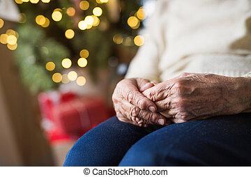 uno, primo piano, di, uno, donna senior, seduta, a casa, a, natale, time.