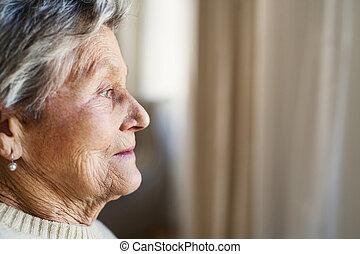 uno, primo piano, ritratto, di, uno, donna senior, a casa, guardando fuori, di, uno, finestra.