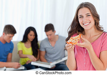 uno, ragazza sorridente, con, uno, fetta pizza, davanti, lei, amici