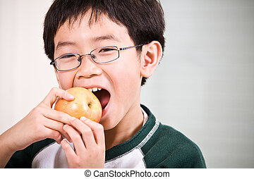 uno, ragazzo, mangiando mela